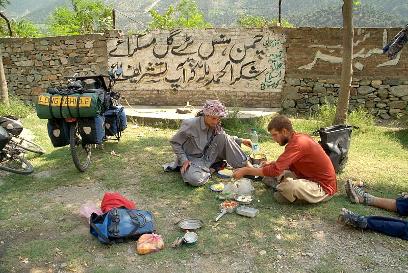 pakistan-karakorum-highway-mittagspause-mit-campingkocher
