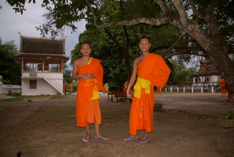 Laos: Buddhistische Mönche in Louang Prabang